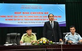 國家389指委會辦公廳主任譚清世少將(中)在新聞發佈會上發言。(圖源:PV)
