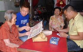 劉二女老大娘一家三代向筆者贈送他們家裏的文物。