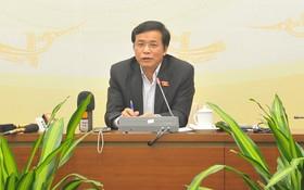國會秘書長阮幸福回答國會代表的質詢。(圖源:琪成)