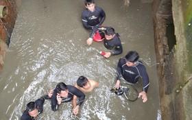 陳成發上尉與隊友將被困在排水渠裡的遇險者救出。