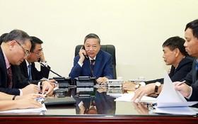 公安部部長蘇林大將(中)與英國內政大臣普麗蒂‧帕特爾通電談。(圖源:VGP)