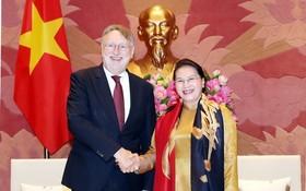 國會主席阮氏金銀(右)接見博納德主席。(圖源:越通社)