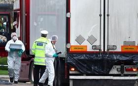 警方勘察發現了39具遺體的集裝箱內。(圖源:路透社)