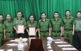 市公安廳副廳長丁清閑(右四)對在防打罪犯工作中有出色成績的戰士幹部頒授獎狀。(圖源:范勇)