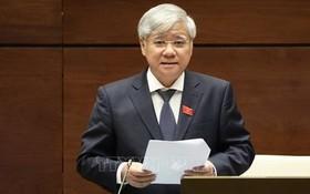 民族委員會主任杜文戰部長在會議上闡釋國會代表提出的若干問題。(圖源:越通社)