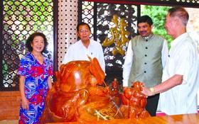 印度駐本市總領事 K.Srikar Reddy (右二)參觀藝昌紅木傢具。