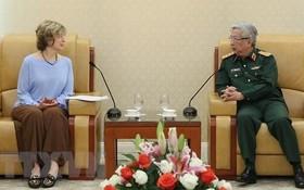 國防部副部長阮志詠上將(左)接見美國國際開發署(USAID)全球副署長邦尼‧格利克女士。(圖源:越通社)