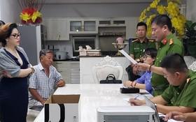 執法警員向嫌犯范氏雪絨(前左)宣讀逮捕令。(圖源:CTV)