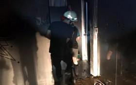消防隊員們奮勇救出火警中受困的兩名遇險者。(圖源:VOH)
