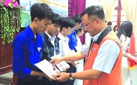 平陽省台商會會長吳俊瑩發獎學金給學生