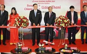 政府總理阮春福(左三)在泰國出席新航線開通儀式。(圖源:光孝)