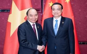 政府總理阮春福(左)與中國總理李克強握手。(圖源:新華社)