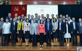 中央民運部長張氏梅(前中)同2020-2023年任期駐外的越南代表機關首長合照。