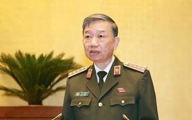 公安部長蘇霖大將在國會議事堂上發言。(圖源:Quochoi.vn)