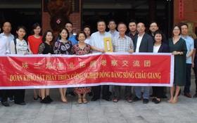 考察交流團與藝昌公司董事長朱應昌伉儷合照留念。