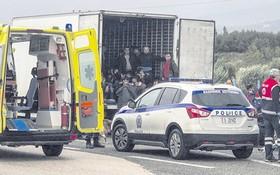 警方在公路上查獲運載非法移民冷凍車。(圖源:AFP)