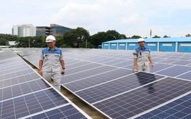 SWIC員工在檢查屋頂上的太陽能系統。
