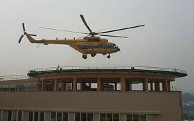 Mi 171號救護直升機即將降落在震傷矯形院大廈停機坪上的瞬間畫面。(圖源:黎芳)