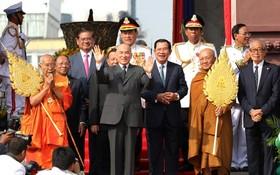 11月9日,在柬埔寨首都金邊,柬埔寨國王西哈莫尼(中左)和首相洪森(中右)出席獨立66週年慶祝活動。(圖源:新華社)