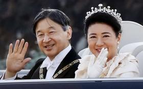 德仁天皇夫婦乘坐由豐田汽車所打造的特製敞篷車,從皇宮出發,進行即位慶祝巡遊。(圖源:共同社)