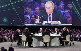 """11月9日,在俄羅斯莫斯科,俄羅斯總統普京(台上左一)在出席""""人工智能之旅""""國際會議時講話。(圖源:互聯網)"""