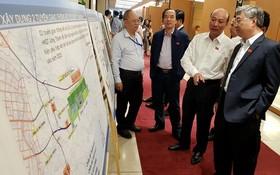國會代表觀看隆城機場建設圖。(圖源:玉顯)