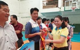 組委會向參賽團隊贈送紀念錦旗。