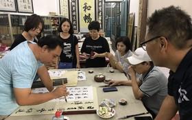 韓國書法愛好者正欣賞林漢城書法揮毫。