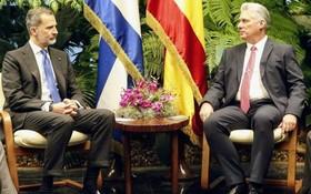 西班牙國王費利佩六世(左)與古巴國家主席迪亞斯-卡內爾在哈瓦那舉行會談。(圖源:AP)
