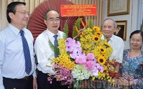 市委書記阮善仁(左二)親往看望並祝賀各位模範教師。(圖源:市黨部新聞網)