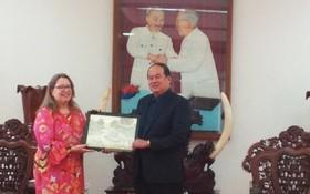 安江省人委會主席阮清平(右)向美國駐本市總領事Marie C.Damour贈送紀念品。(圖源:雙舒)
