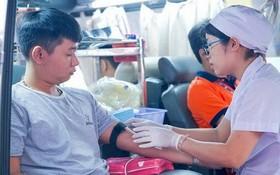大學生積極參加志願捐血活動。