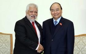 政府總理阮春福(右)接見委內瑞拉共和國特命全權大使豪爾赫‧隆東‧烏斯卡特吉。(圖源:越通社)