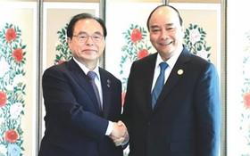 政府總理阮春福(右)接見釜山市市長吳巨敦。(圖源:越通社)