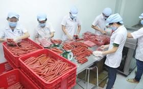 某公司生產臘腸以為春節市場服務。