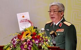 國防部副部長阮志詠上將在會上公佈2019年越南國防白皮書。(圖源:Vietnamnet)