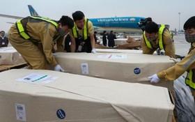 昨(27)早第一批共16具遺體已返抵內牌機場。(圖源:Getty Images)