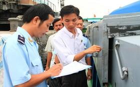 海關人員檢查進口集裝箱。(圖源:陲楊)