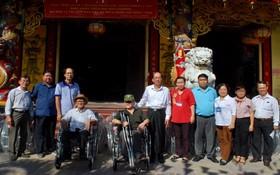 地方領導與諸位理監事向殘疾人士贈送輪椅。