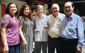 由會長何麗光帶團於昨(29)日前往探訪8位高齡校友並贈送敬老金及禮物。