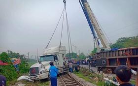 重型拖吊車將肇事集裝箱車吊離事故現場。(圖源:田升)