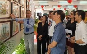 黃賢偉書畫家向各位領導、代表介紹作品。