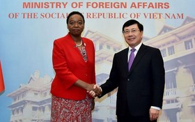 政府副總理、外交部長范平明(右)與肯尼亞共和國外交部長莫妮卡‧朱馬握手合照。(圖源:外交部)