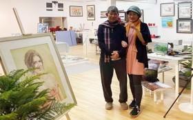 李克柔畫家(左)與李曉雲畫家在德華王子島開設的奇龍藝術館。