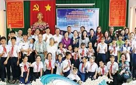 原國家副主席張美華(中)與學生們及各界人士合照。
