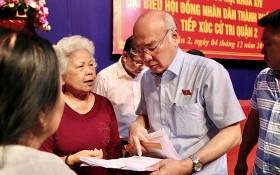 本市國會代表、市宣教處主任潘阮如奎(右二)與第二郡選民交換意見。(圖源:黃江)