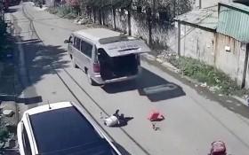 學生從接送汽車上跌落到路面的現場。(圖源:監控視頻截圖)