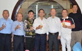 穗城會館理事會與4位藝人合照。