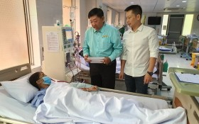 溫陵會館理事長張子諒、理事林曉東將善款交給病人。