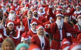 近日在英國,數千名聖誕老人穿上了跑鞋,參加一年一度的慈善長跑。(圖源:互聯網)